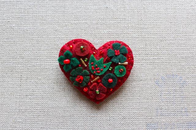 クリスマスレッドのハートブローチ