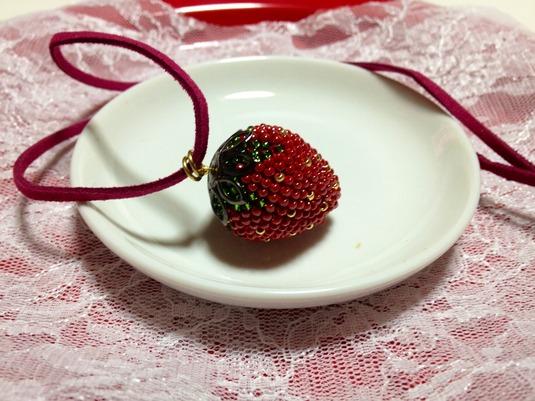 ビーズ編み一粒イチゴのネックレス