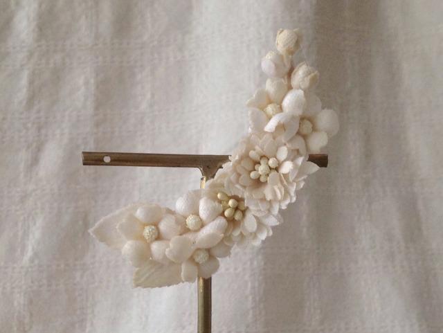 染め花の三日月型片耳イヤリング(葉付、オフホワイト)