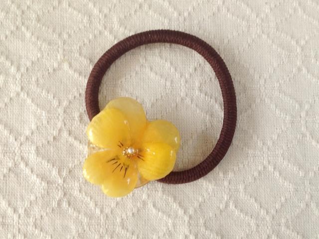 染め花を樹脂加工したビオラのヘアゴム(イエロー)