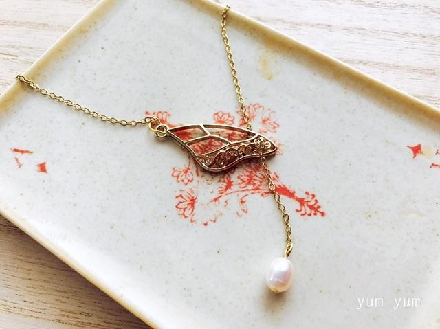 翅と淡水パールのチョーカーネックレス