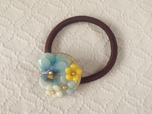 染め花を樹脂加工したビオラと小花のヘアゴム( ターコイズブルー&イエロー)