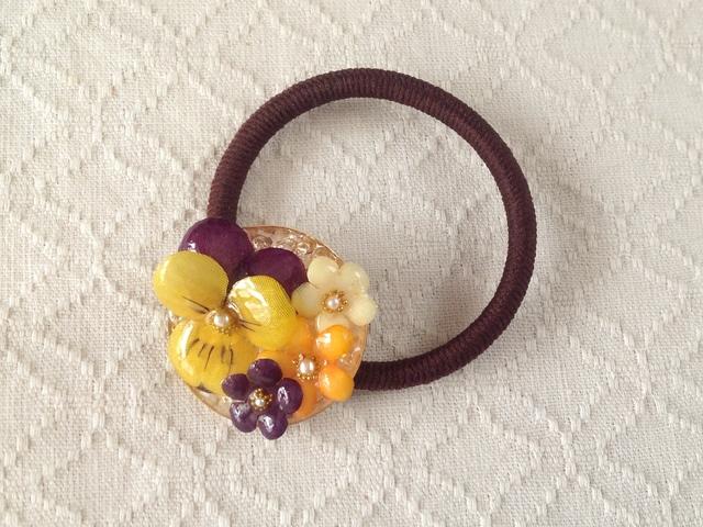 染め花を樹脂加工したビオラと小花のヘアゴム(紫黄色)