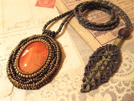 ビーズ刺繍の天然石ペンダント 109