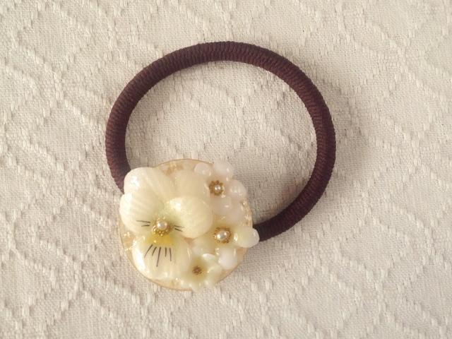 染め花を樹脂加工したビオラと小花のヘ...