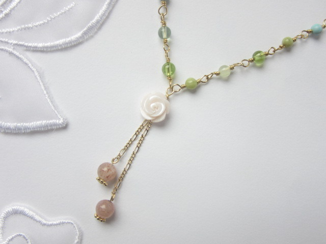 薔薇とピンクムーンストーンのネックレス
