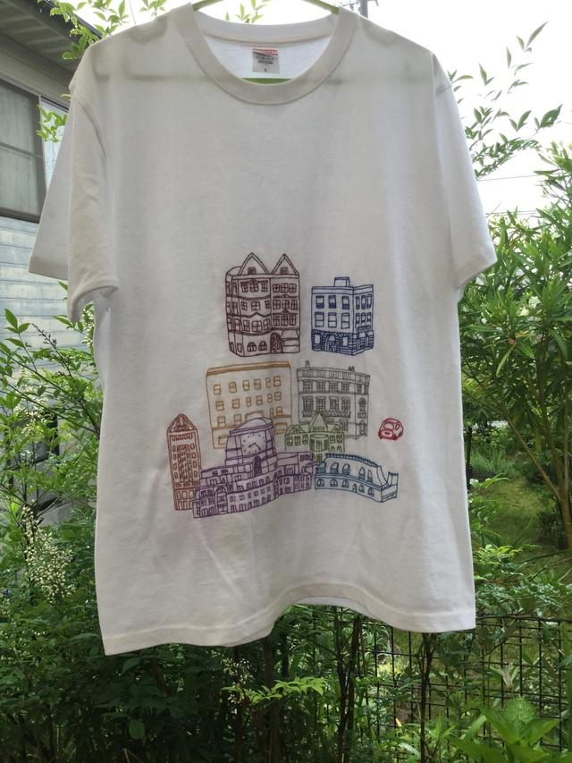 手刺繍Tシャツ  猫と街