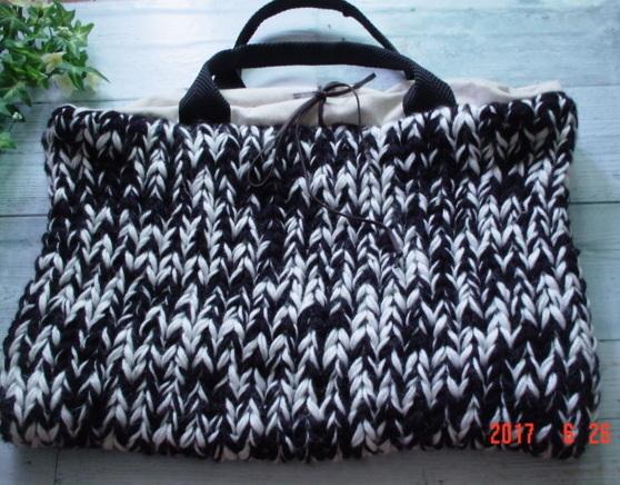 モノトーンの毛糸をジャンボ針で編んだ...