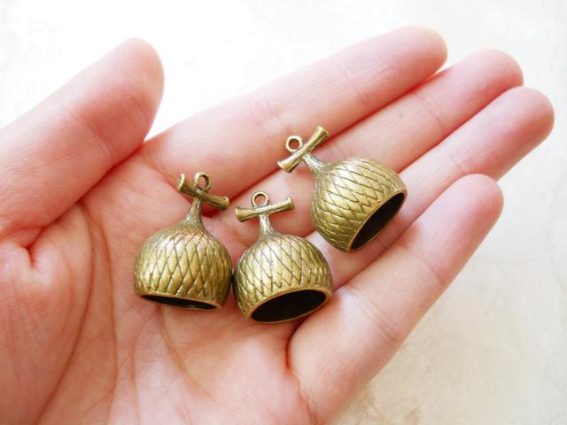 【素材】大きめどんぐりの帽子金具3個セット真鍮古美色