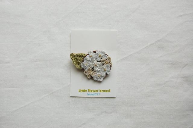 White little flower brooch 白い 小花...