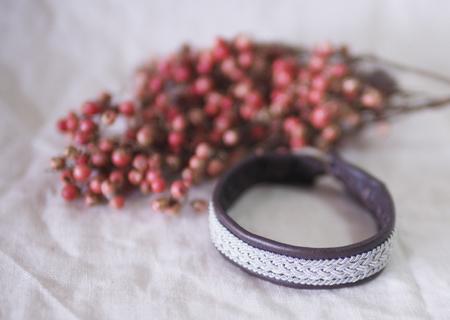 北欧サーミスタイルのトナカイ革のブレスレット・焦げ茶四つ編み