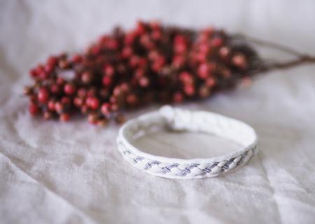 北欧サーミスタイルのトナカイ革のブレスレット・ホワイト