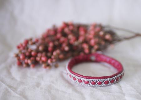北欧サーミスタイルのトナカイ革のブレスレット・赤3列