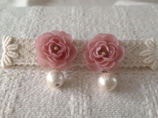 コットンパールと染め花を樹脂加工したピアス(渋いピンク)
