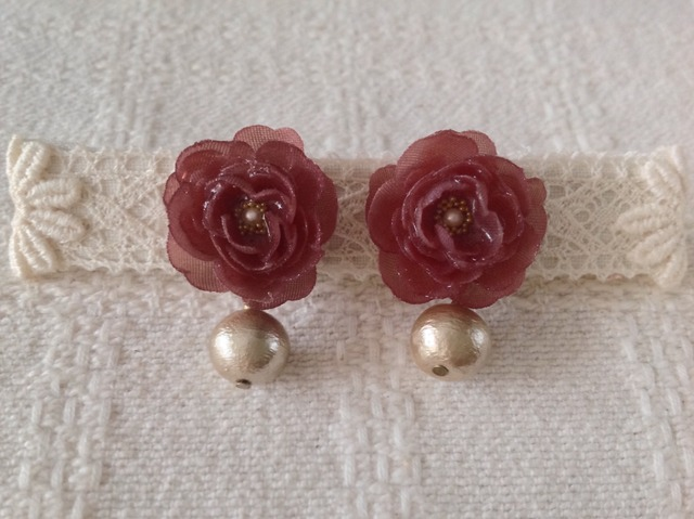 コットンパールと染め花を樹脂加工したピアス(渋い紅ピンク)