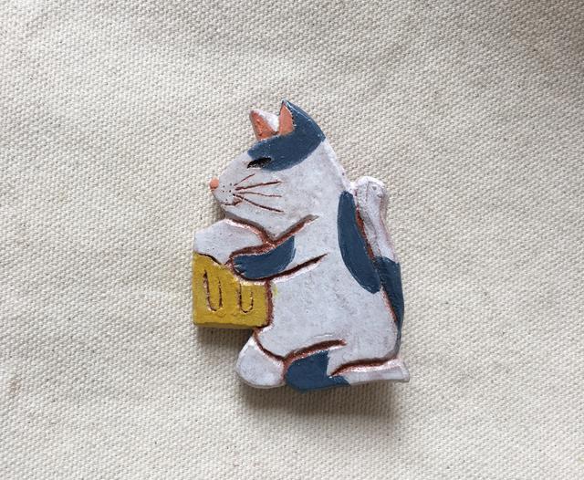 ハチワレ猫がビール ブローチ(陶土)