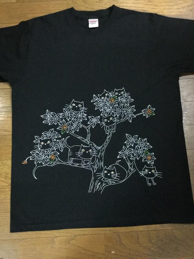 手刺繍のTシャツ  樹の上の猫たち
