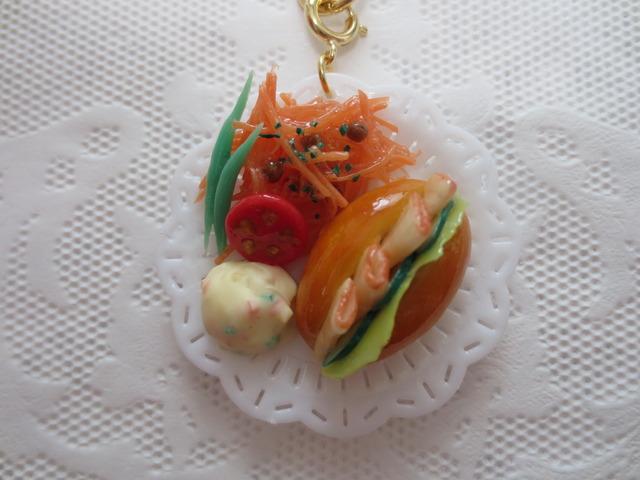 ☆野菜たっぷり!ハムホットドッグプレートキーホルダー☆