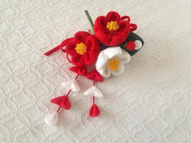 〈つまみ細工〉藤下がり付き椿三輪とベルベットリボンの髪飾り(赤と白)