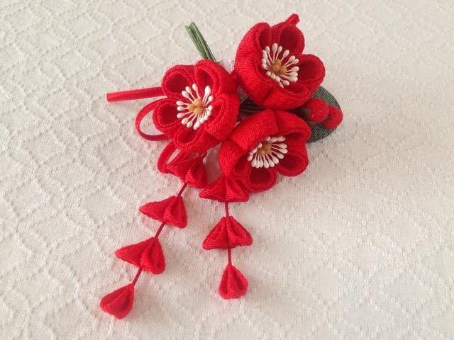 〈つまみ細工〉藤下がり付き梅三輪とベルベットリボンの髪飾り(赤)