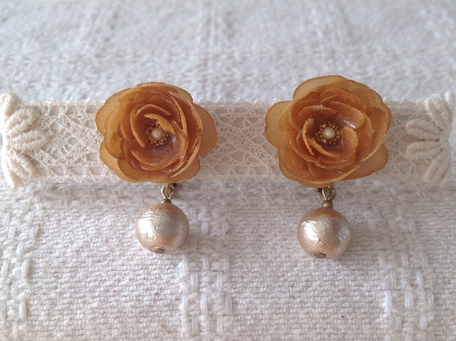 コットンパールと染め花を樹脂加工したイヤリング(キャメル)