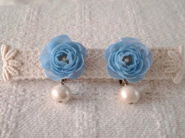 コットンパールと染め花を樹脂加工したイヤリング(水色)
