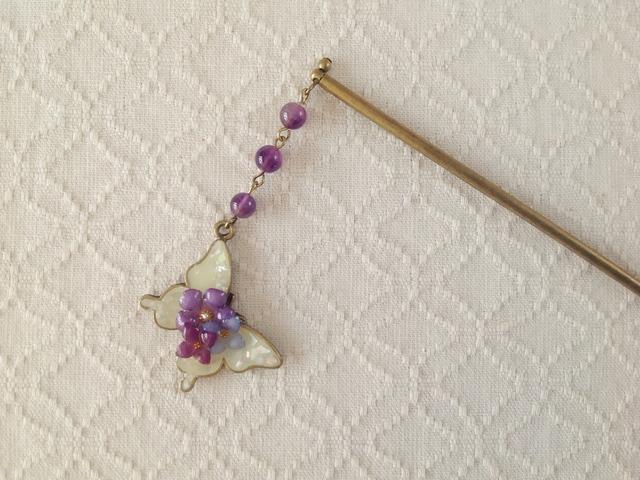 染め花を樹脂加工した小花と蝶のかんざし(ホワイト&パープル)