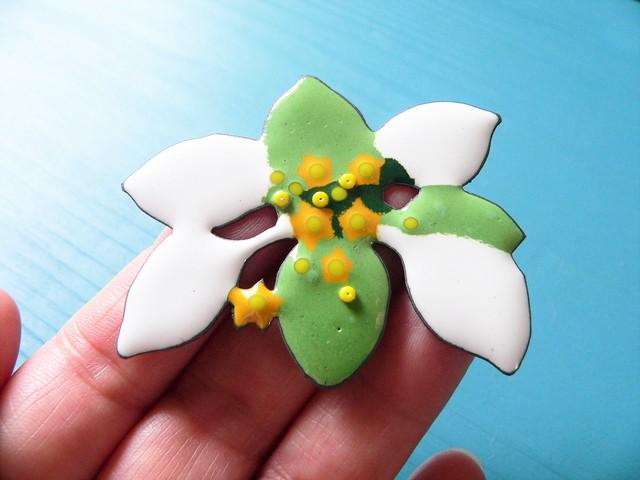 七宝焼・コンロンカあるいはハンカチの花