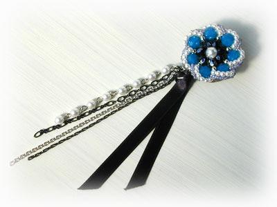 青い花のパールブローチ