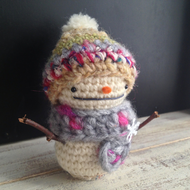 小枝の手の雪だるま