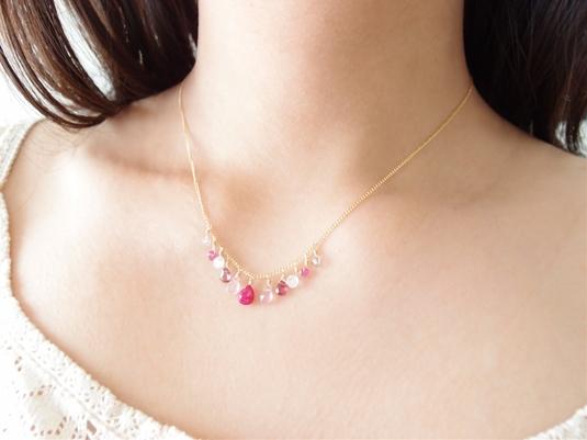 ピンクカラーストーンの愛されネックレス
