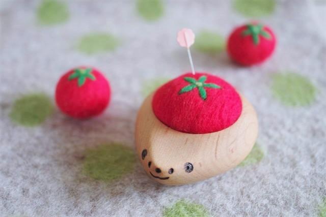 羊毛ピンクッション【針山】 はりねずみくん 真っ赤なトマト
