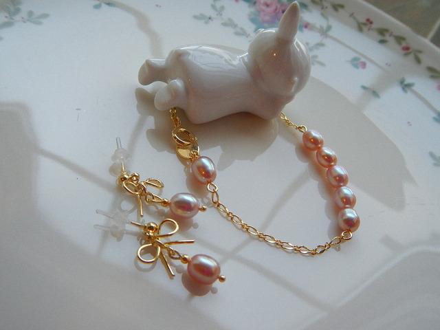 蝶々結びとピンクパール 樹脂ポストピアスとブレスレットのセット