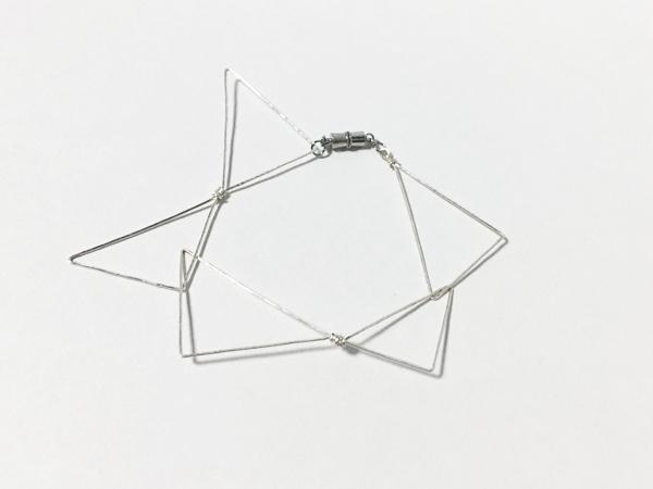 連なる三角のワイヤーブレスレット