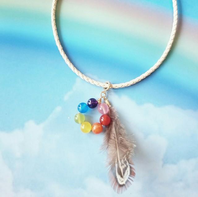 虹色ストーンと羽根のチョーカー