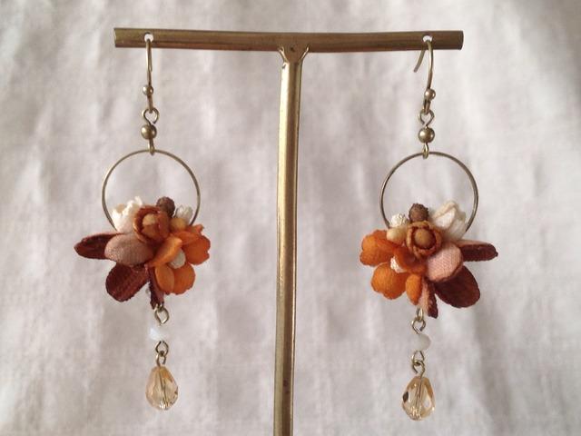 染め花とビジューのミニフープピアス(オレンジ&ブラウン)