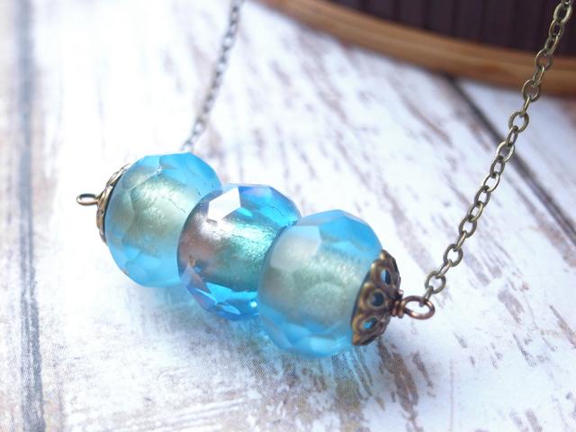 流水と氷の様なガラスのネックレス