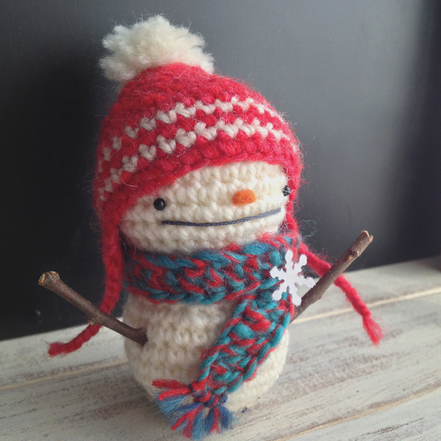 赤い耳当て帽子の雪だるま