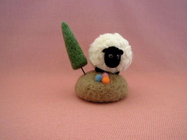 羊毛フェルト 小さな丘の羊さんA