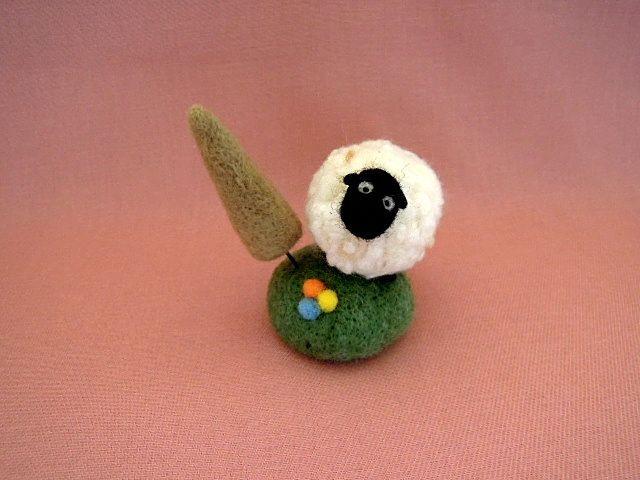 羊毛フェルト 小さな丘の羊さんB