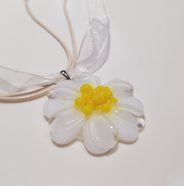 ガラスのお花のネックレス(白)