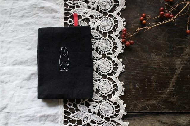 ホッキョクグマさんのしおり付きブックカバー(ブラック×ドット)