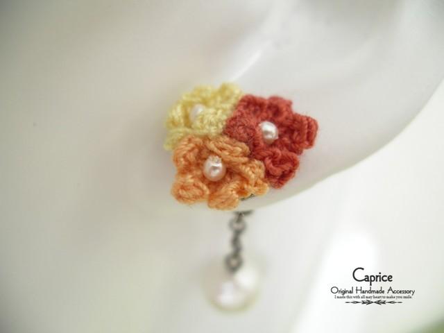 手編みフラワーモチーフとコットンパールのピアス オレンジ系