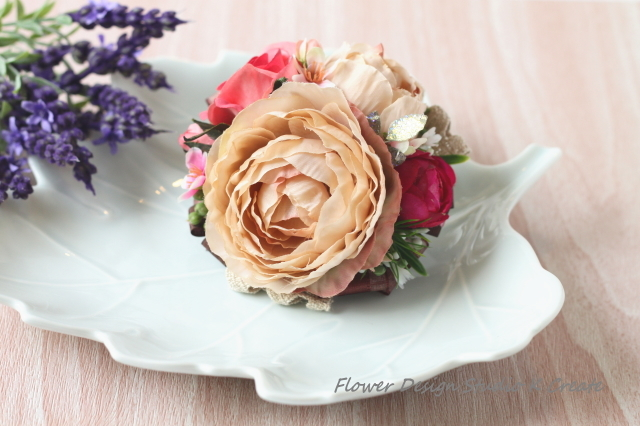 ベージュラナンキュラスと薔薇のコサー...