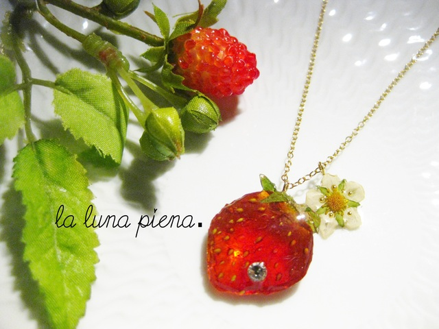 幸せのワイルドストロベリーと苺のネックレス