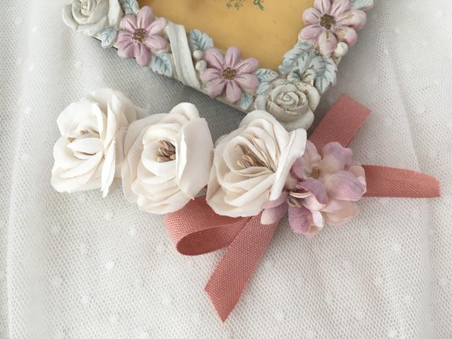 白薔薇とスミレのブーケバレッタ