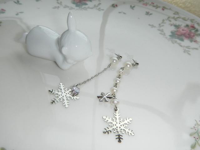白い吐息と雪の結晶 のピアス  樹脂ピアス