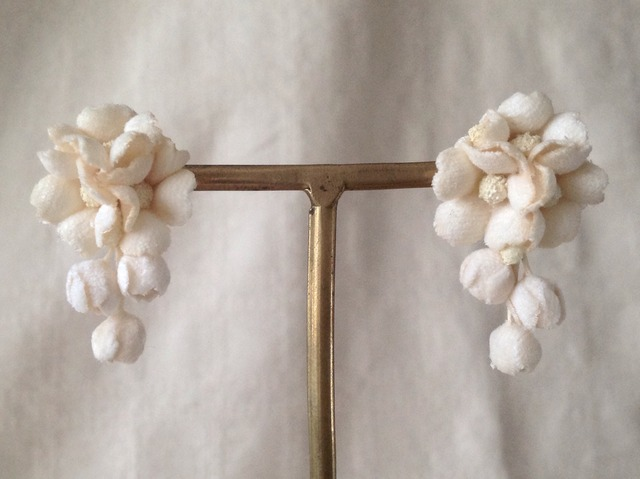 染め花の小花と蕾のピアスB(オフホワイト)