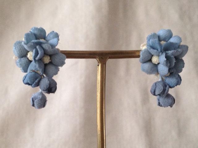 染め花の小花と蕾のピアスB(渋い水色)
