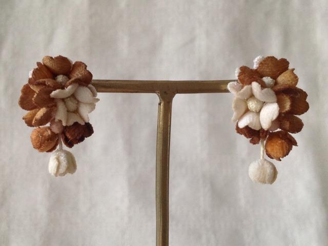 染め花の小花と蕾のイヤリングB(ブラウン)